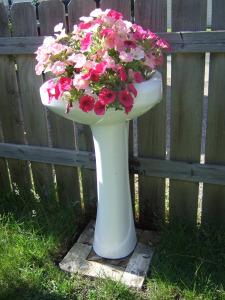 Pedestal sink planter